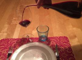 Häll upp vinet och lufta i karaff en timme så smakar rödvinet ofta bättre.